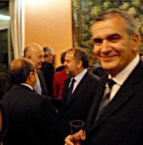 José Luis Gomez con Polanco jr. y Jolines al fondo